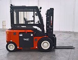 The side view of the KR55-SHORT electric forklift from Carer
